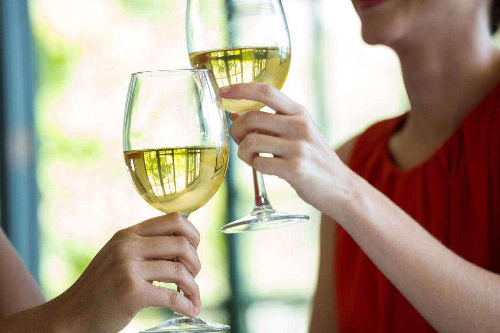 compartir una copa de vino con amigos