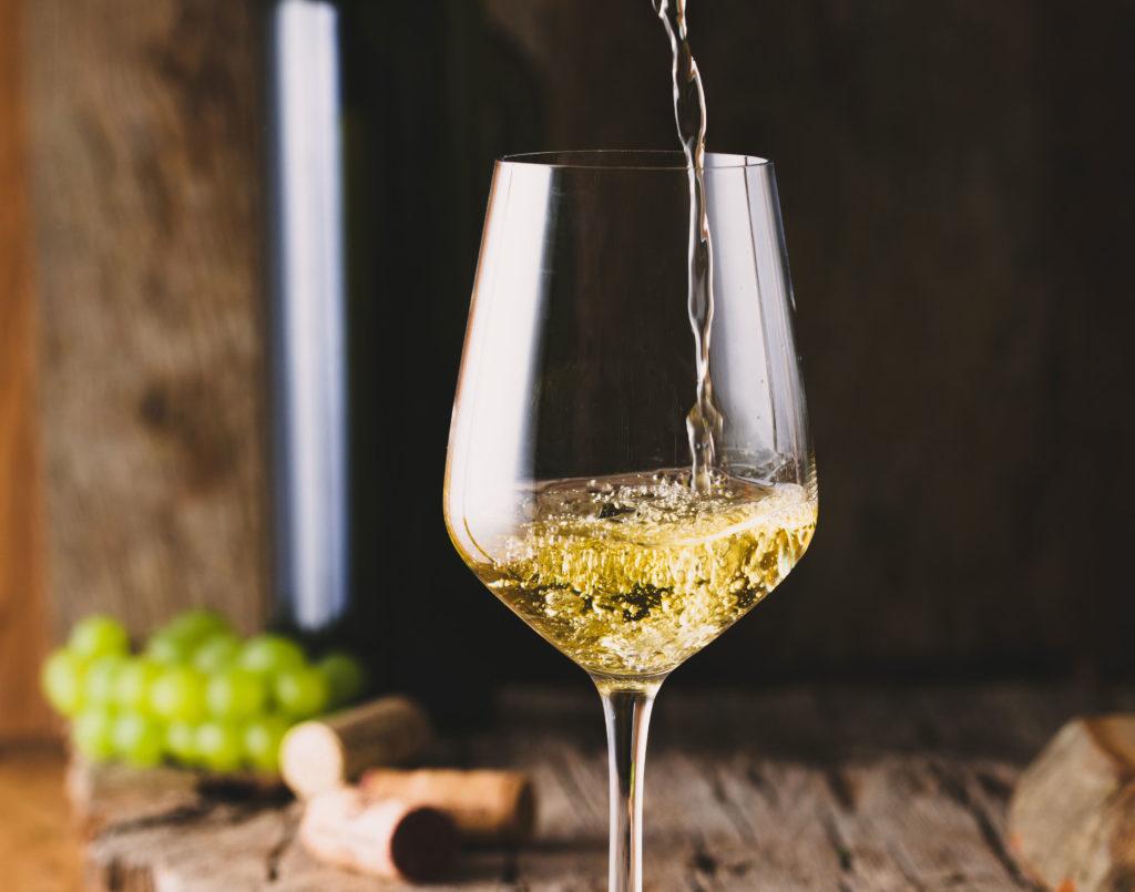 vino blanco en copa - lias finas
