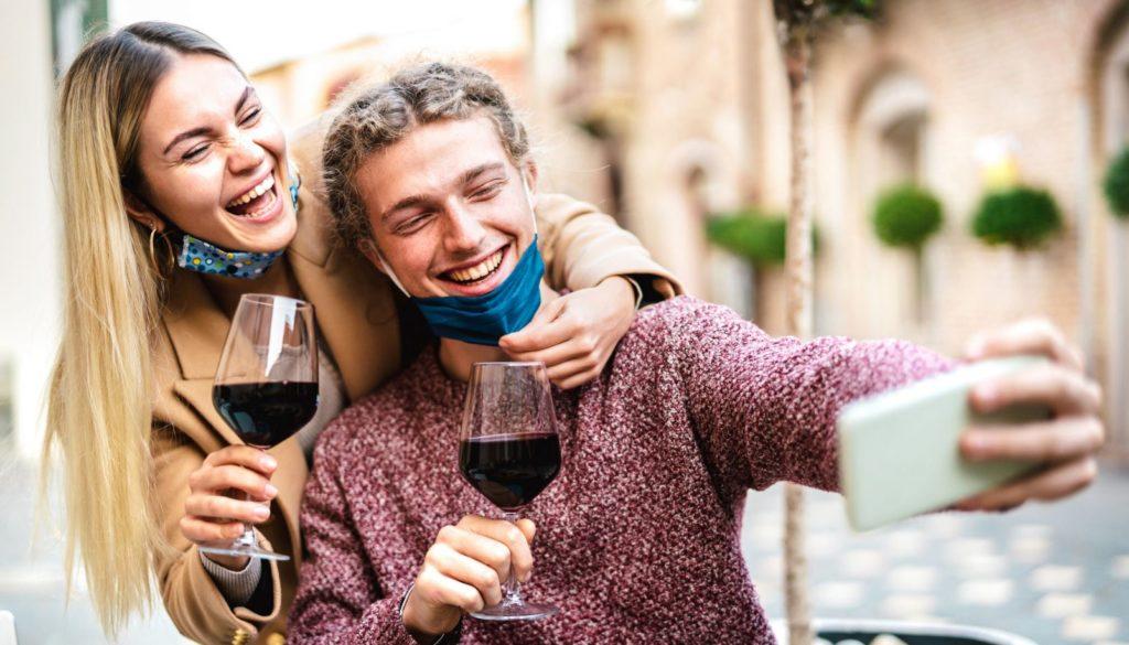 una pareja disfruta de una copa de vino con responsabilidad. covid19 coronavirus